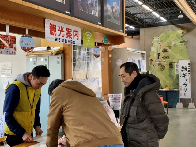 Hiring a bicycle at the Mashiko Tourism Office beside the station